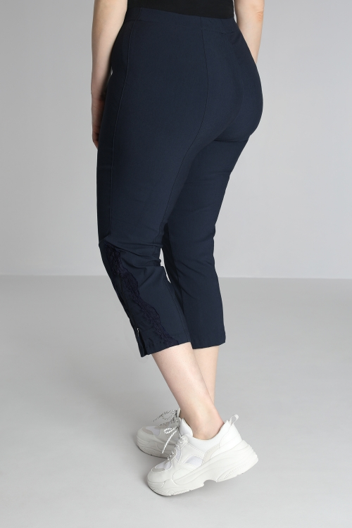 Cropped pants with lace decor
