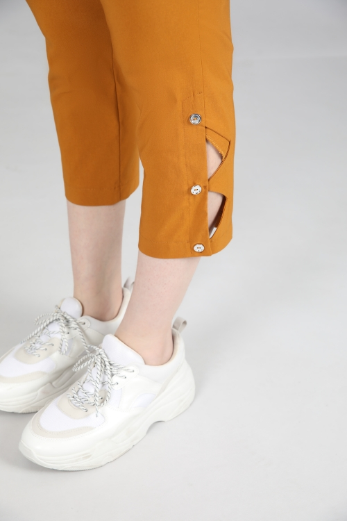 Cropped trousers on the side