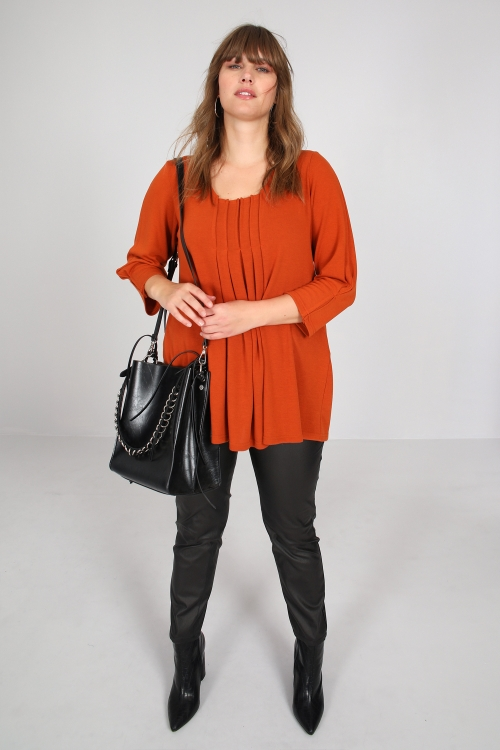 Fine knit sweater with front pleat