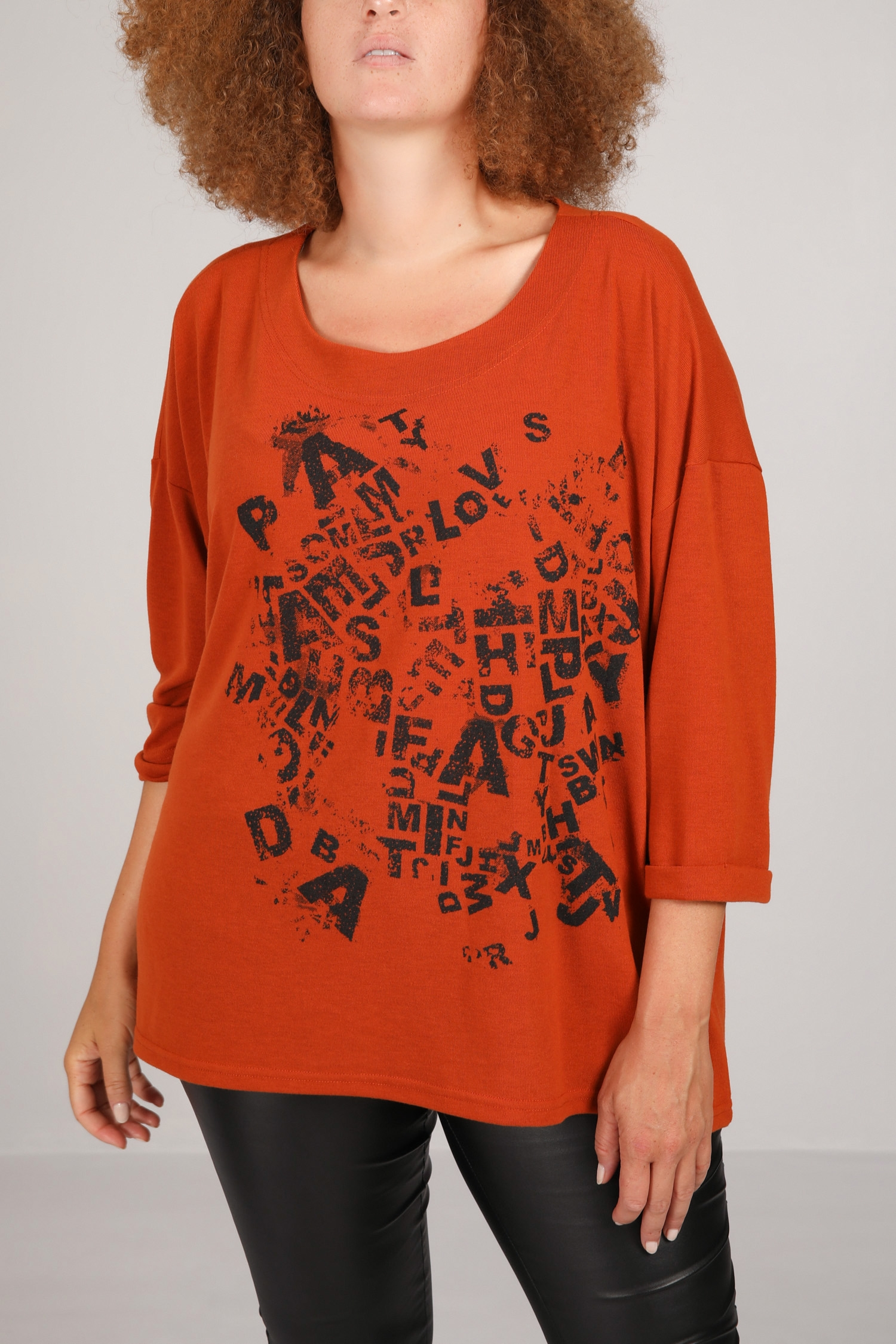 Fine mesh sweater with screen printing