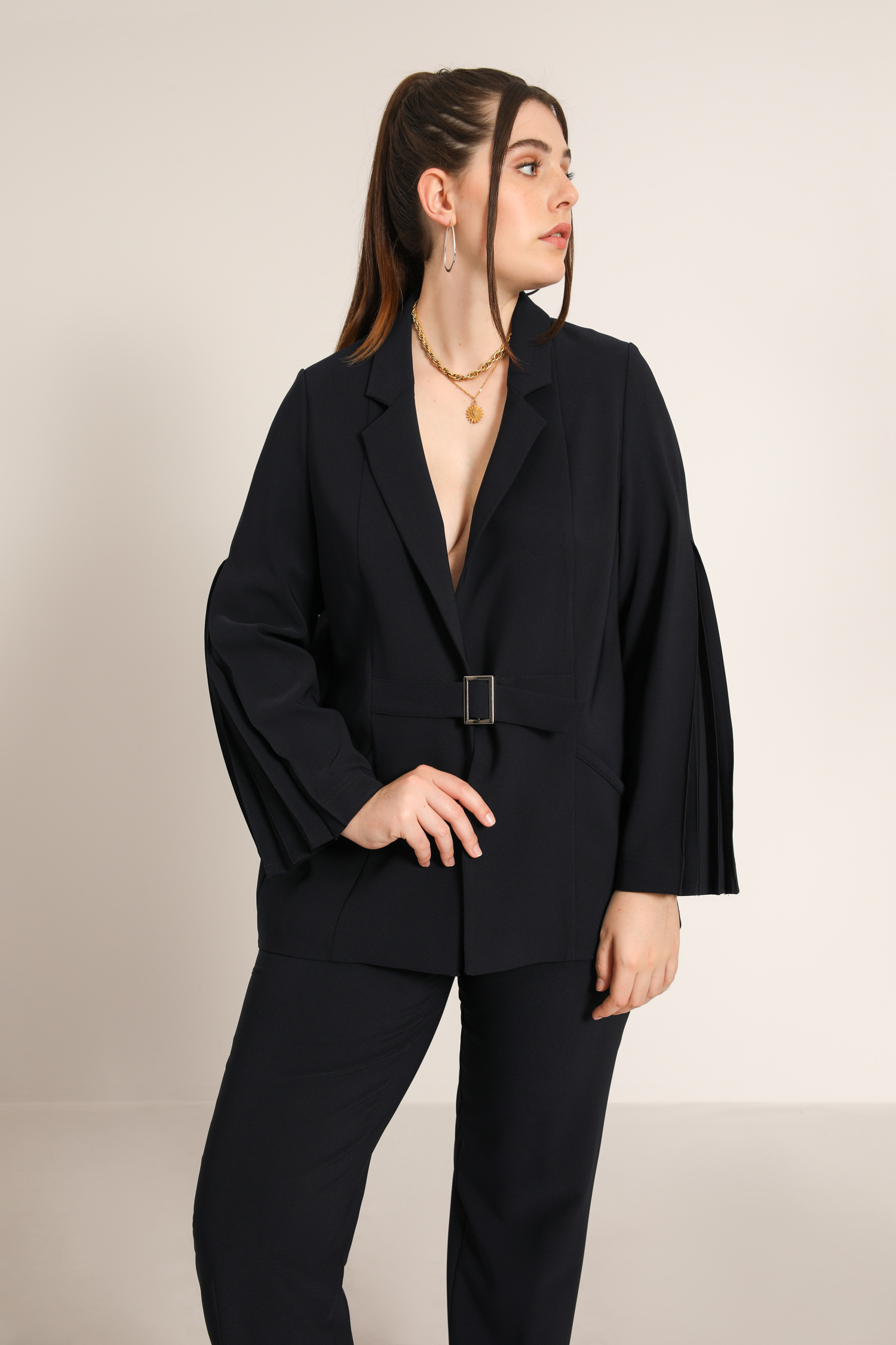 Plain tailored jacket with pleated sleeves