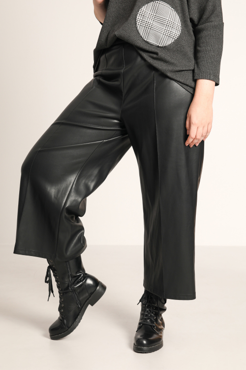 7/8 pants in vegan leather.