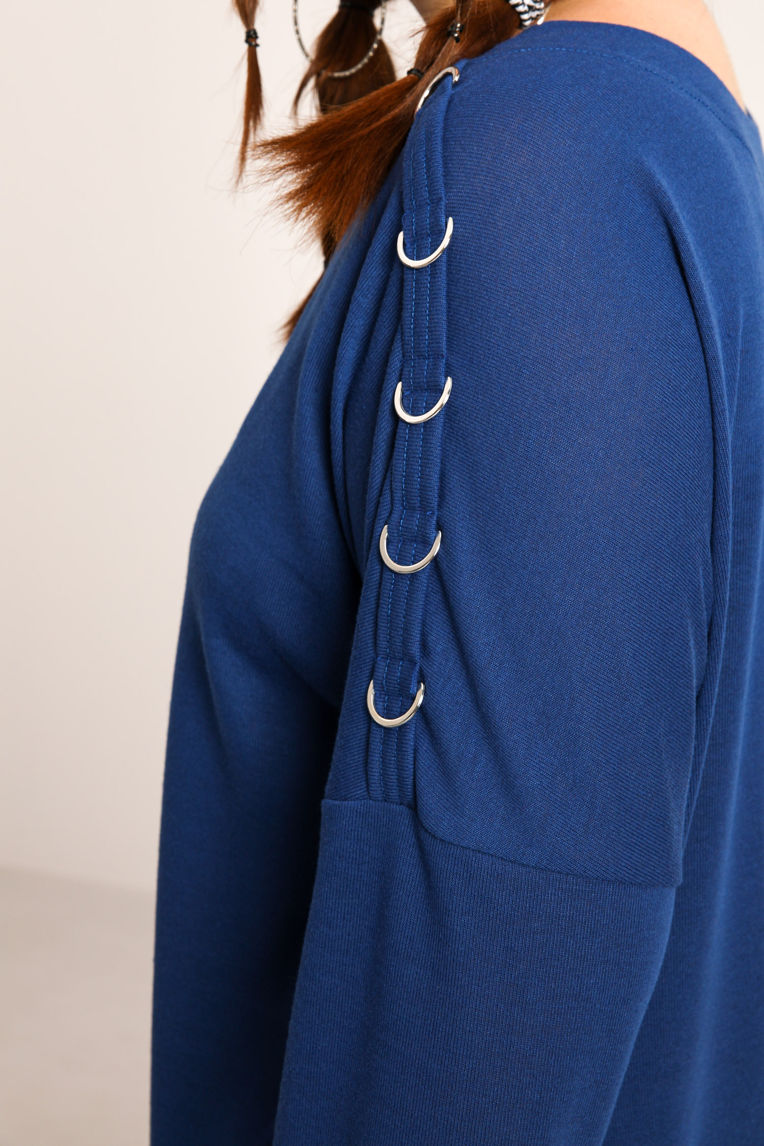 Reversible sweater with metal rings