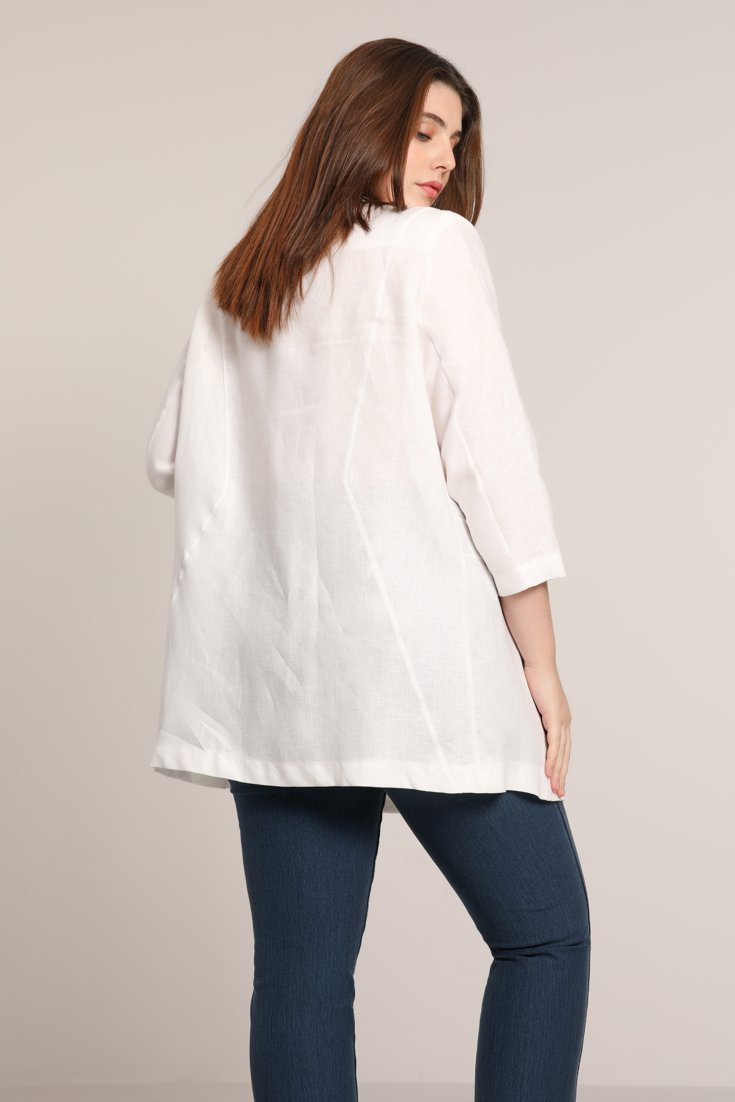 Linen jacket with coconut buttons