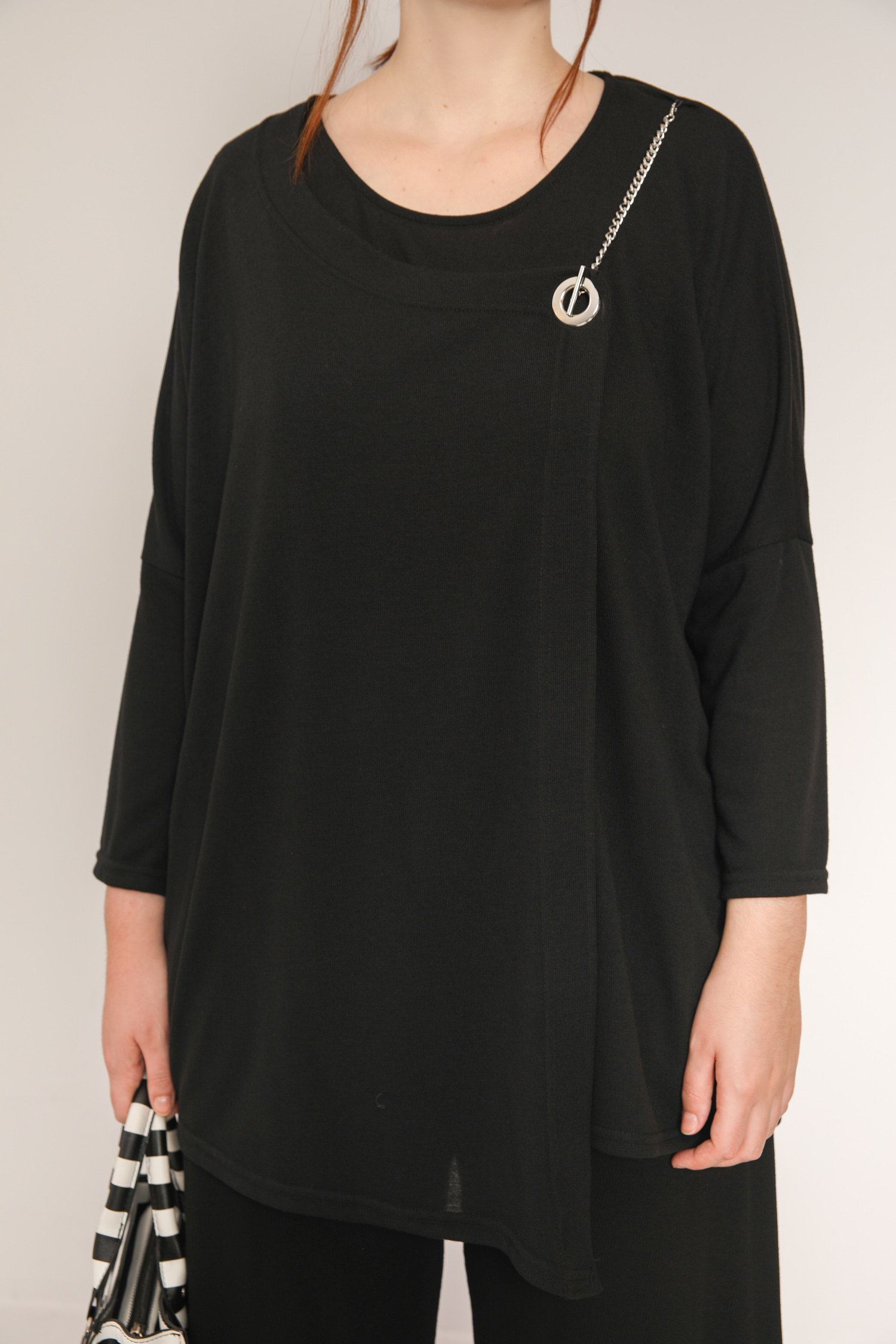 Fine knit sweater with chain