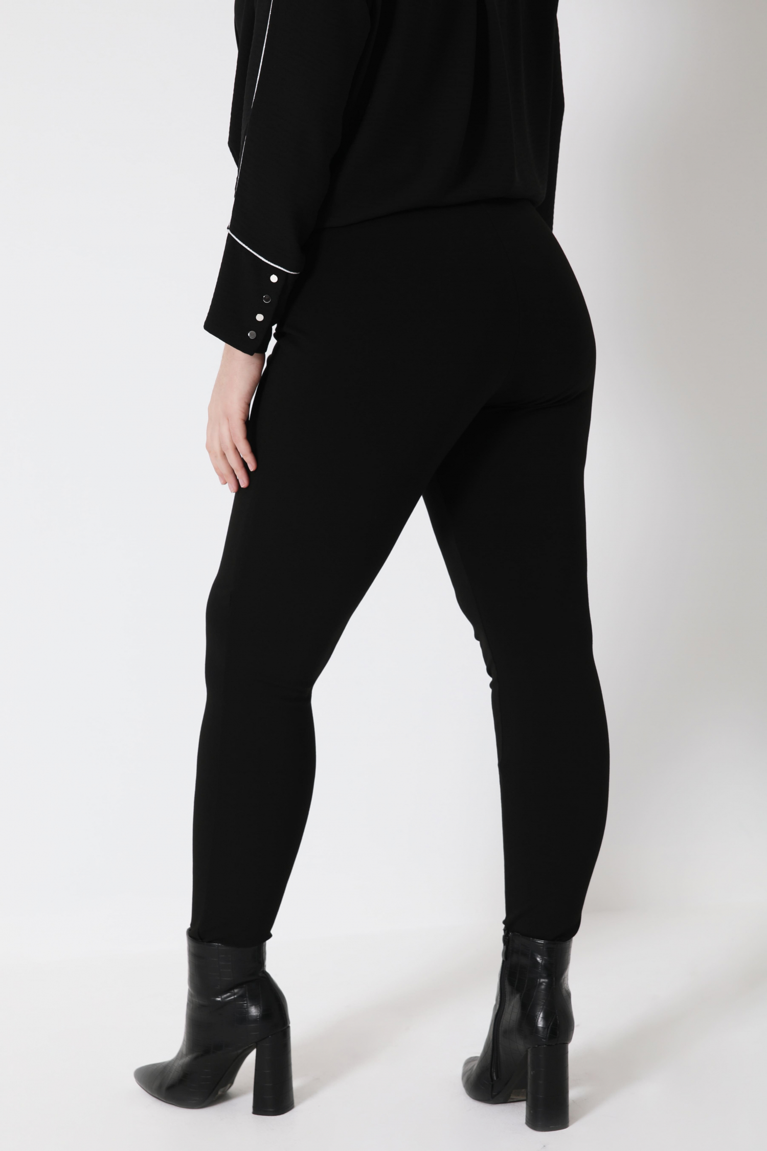 Trousers with integrated sheath
