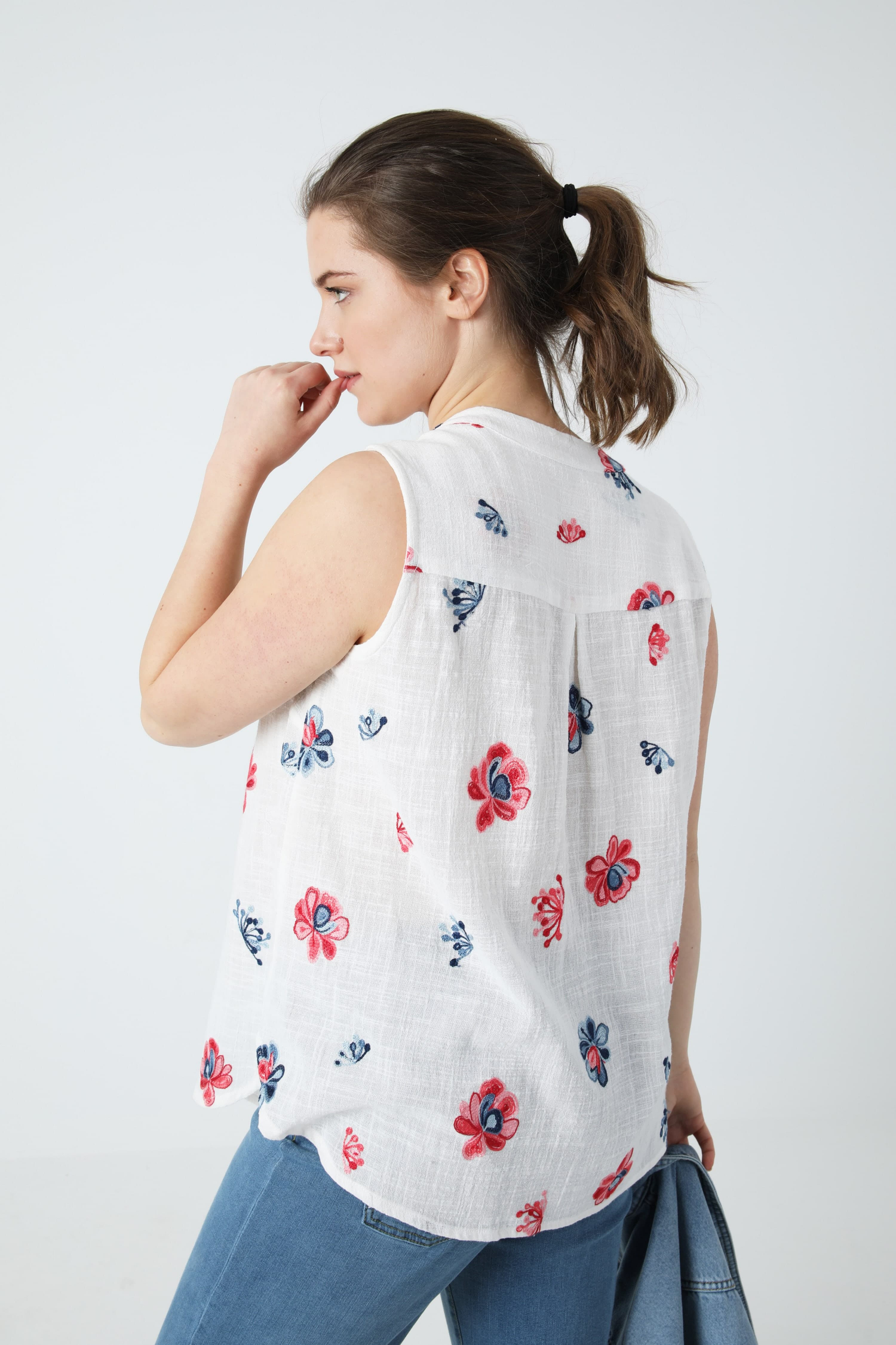 Flower-embroidered crepon tank top