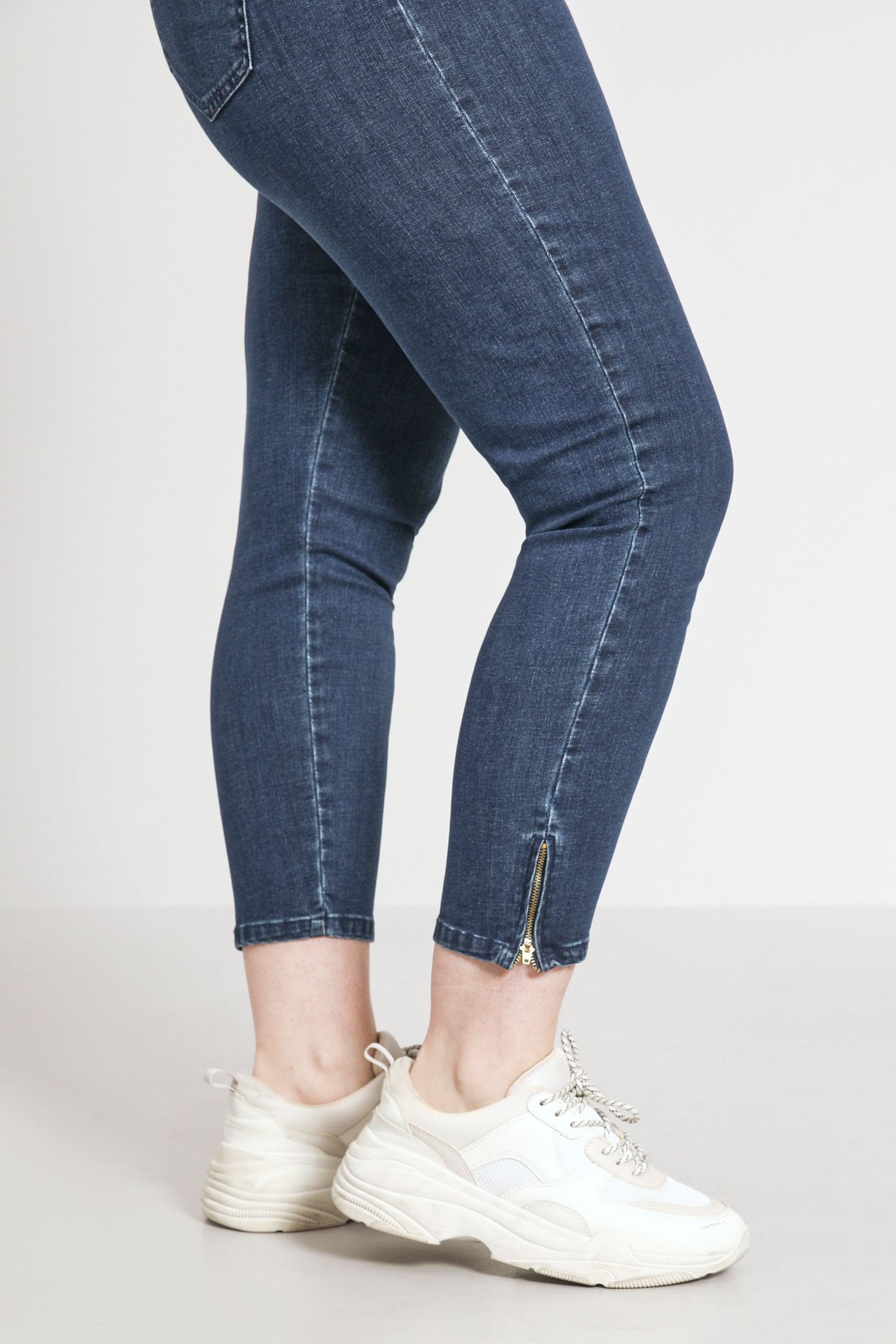 7/8 jeans with zip at the bottom