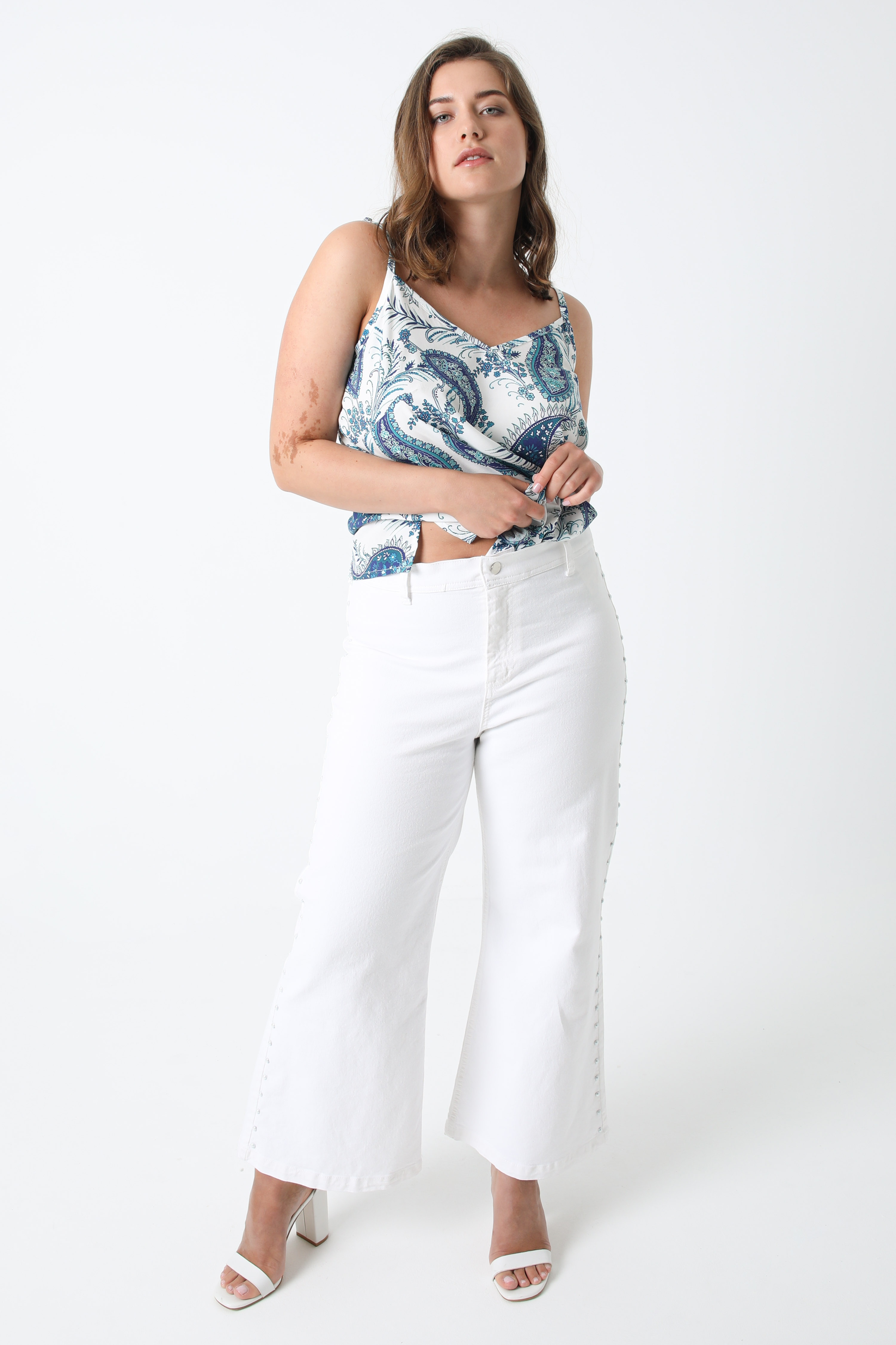 White jeans pants with pearls