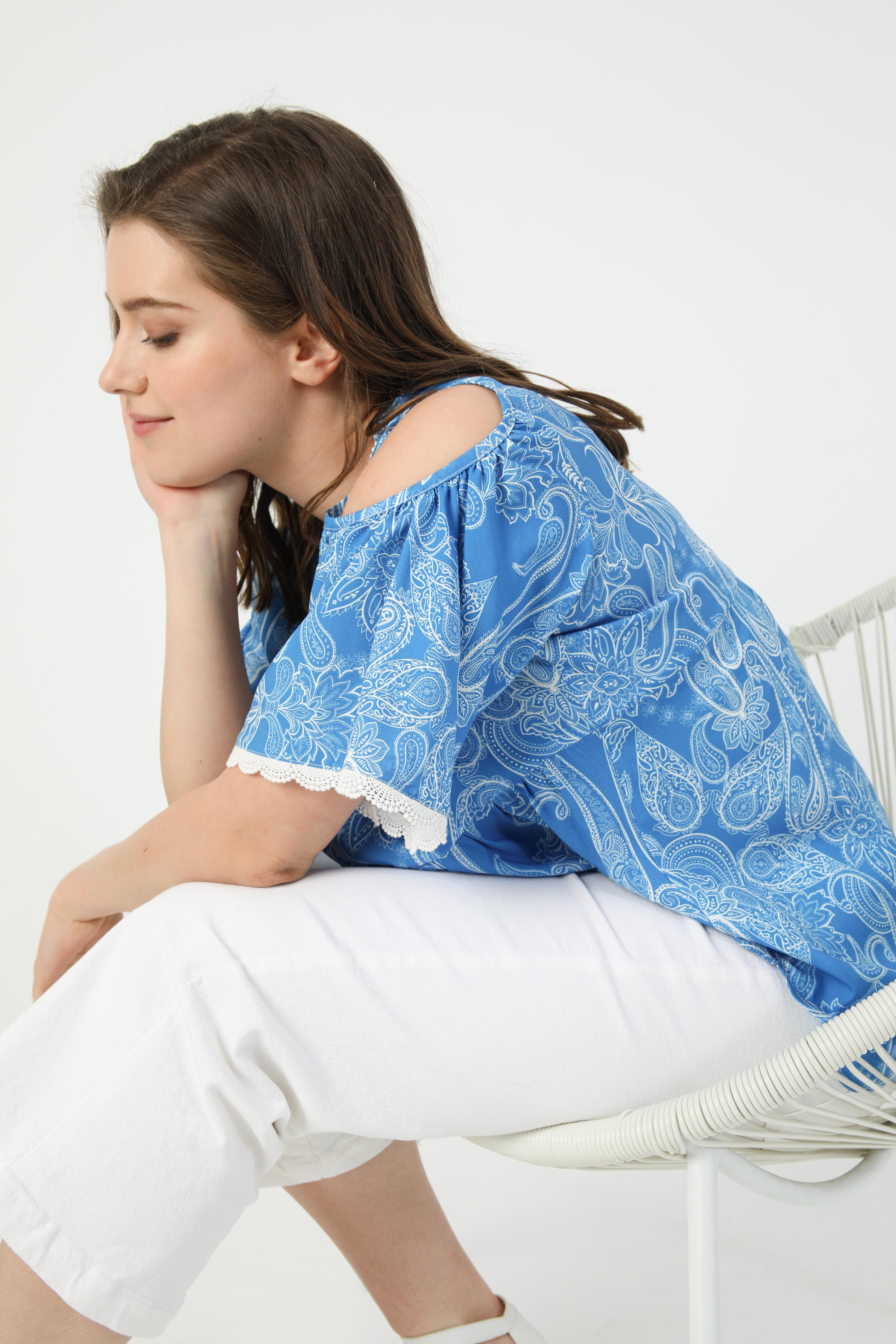 Printed blouse with lace trim