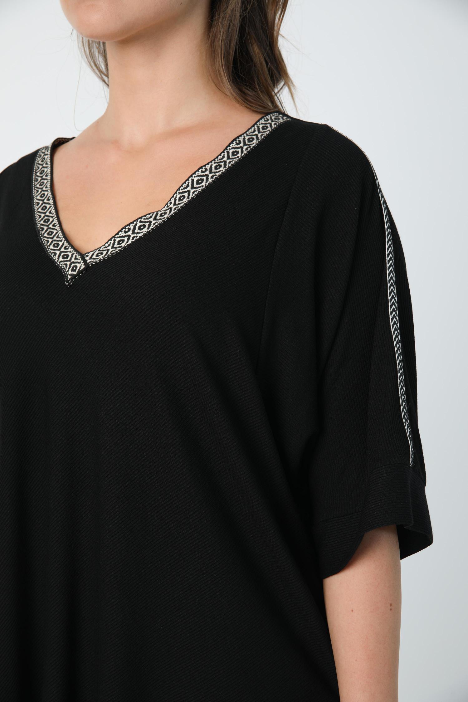 Plain fine-knit V-neck sweater