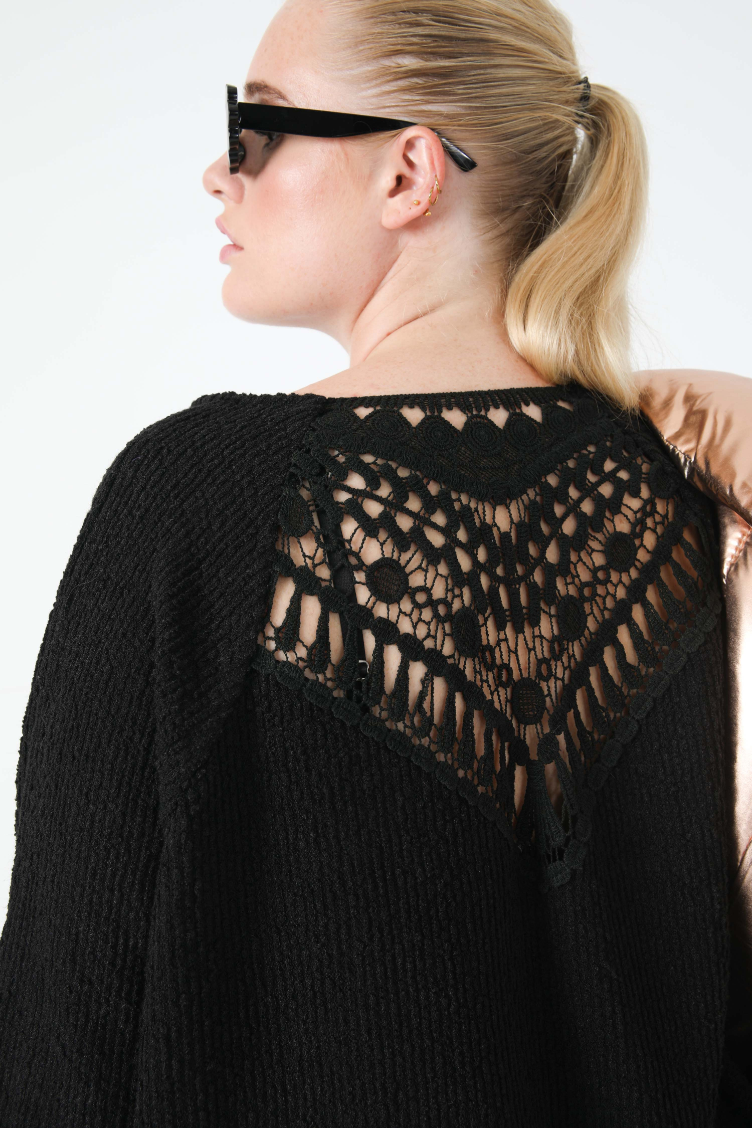 Chenille knit sweater with macrame (shipping September 25 / September 30)